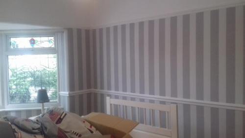 Wallpaper bedroom stripes 2