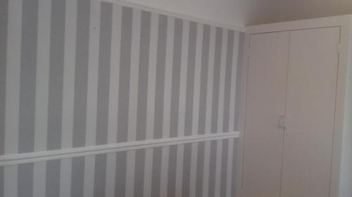 Wallpaper bedroom stripes